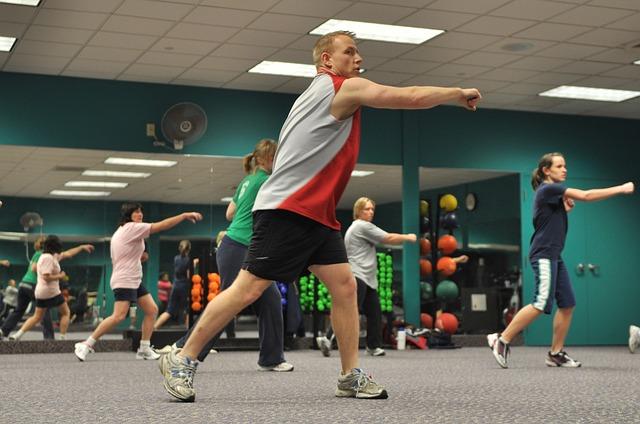 sportování v tělocvičně